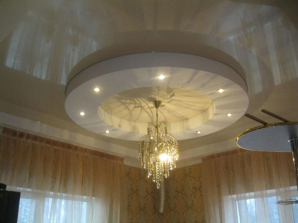 Круглый потолок с люстрой