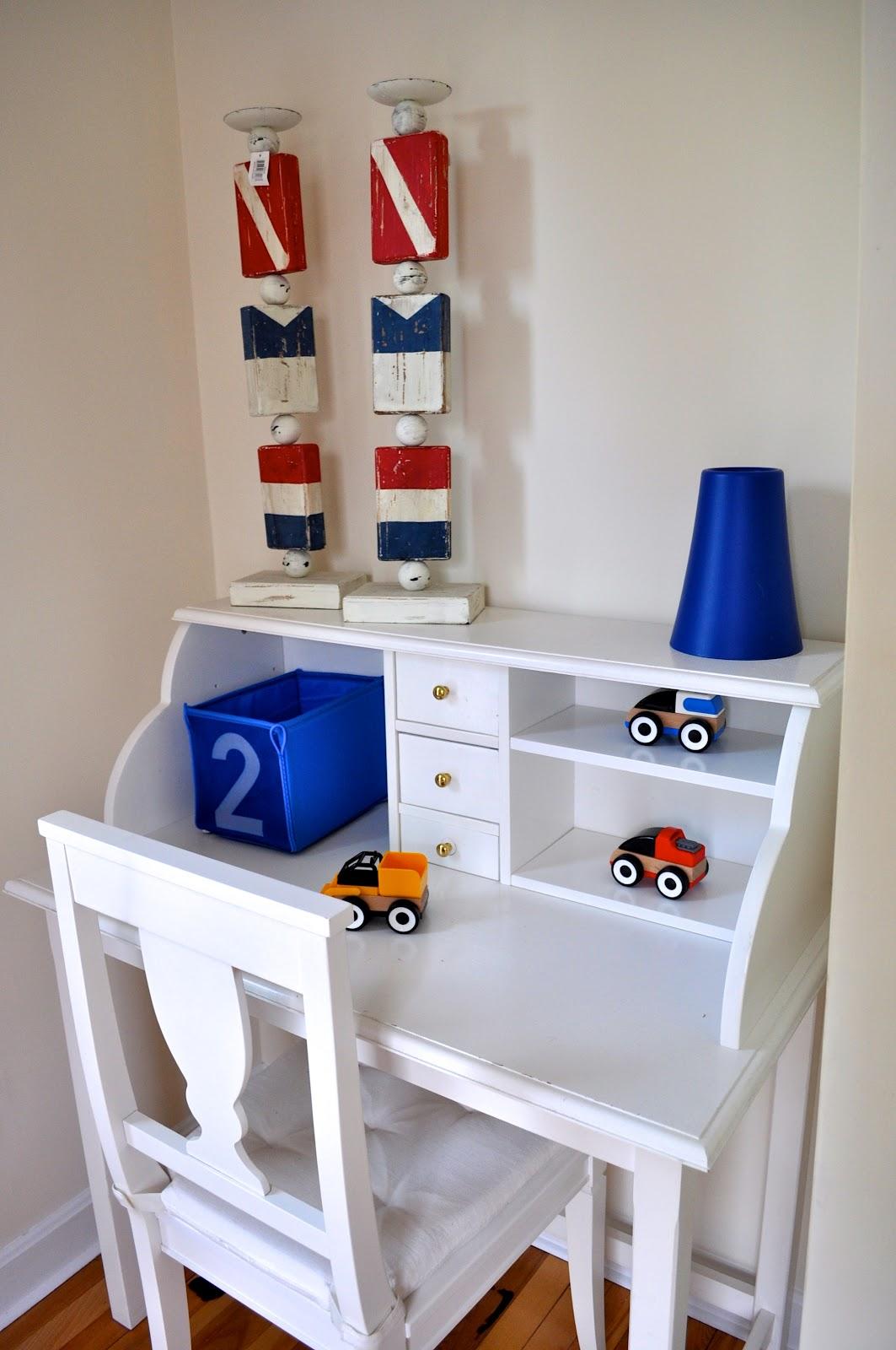 Маленький письменный стол для ребенка