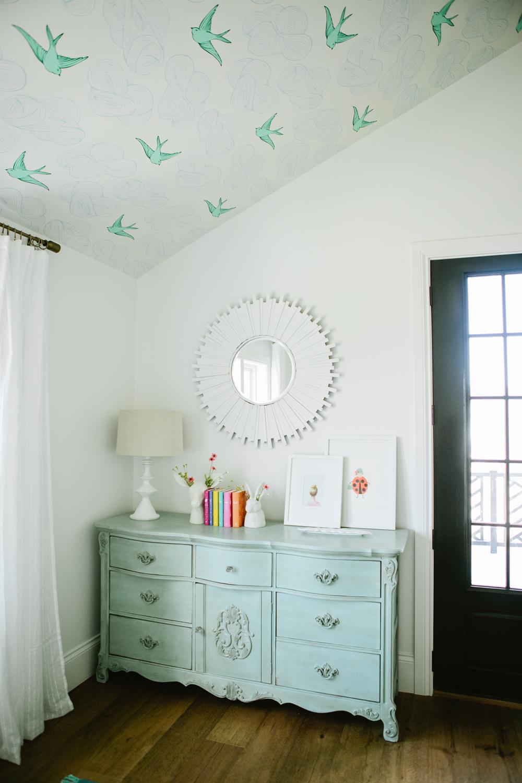 Потолок на мансарде в детской для девочки