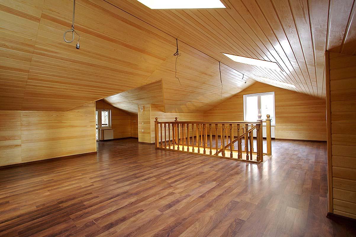 Панели из массива дерева на потолке