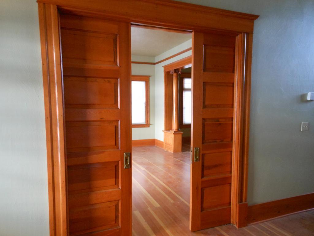 Коричневая дверь из массива