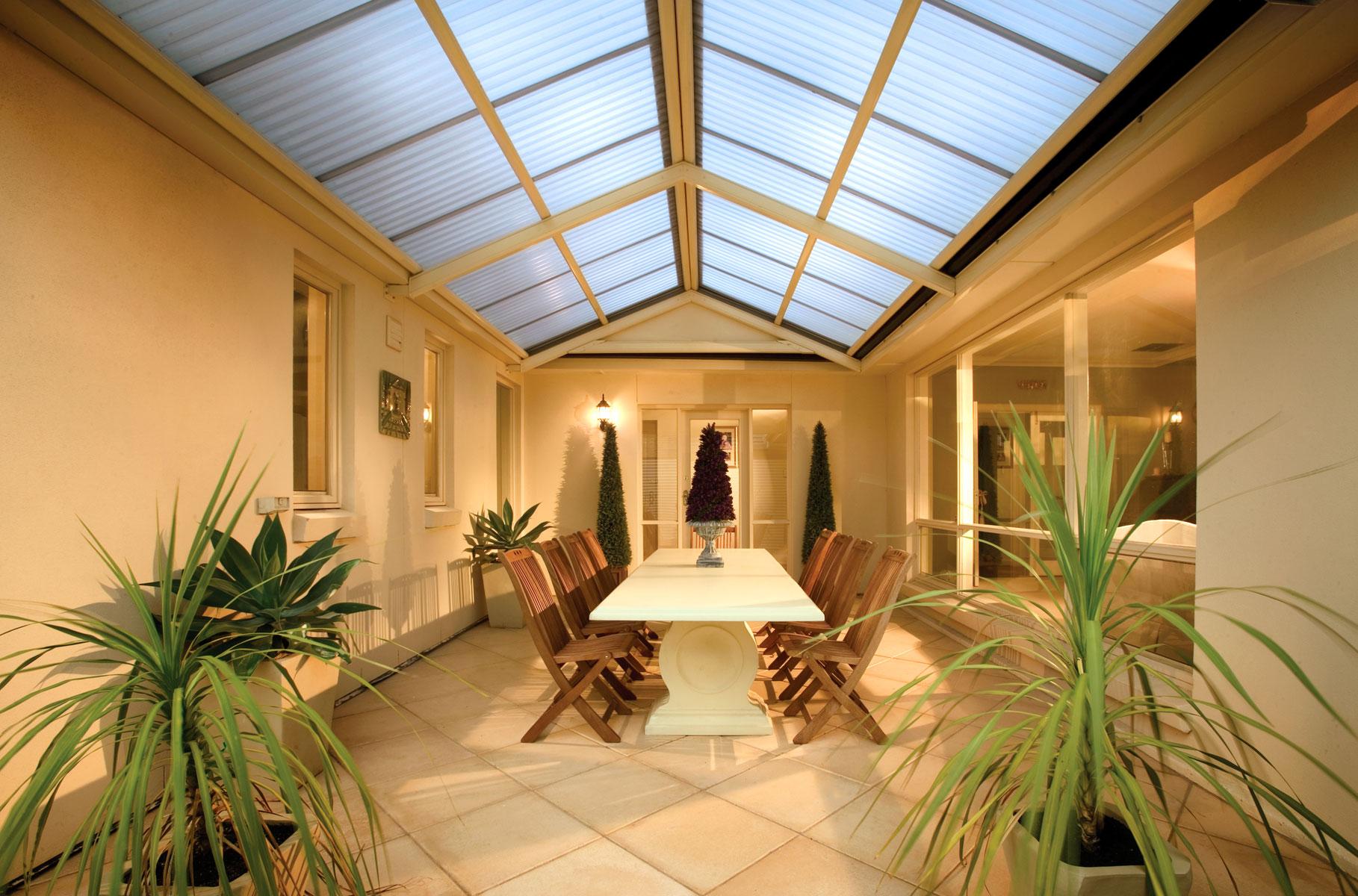 Потолок из матового стекла на веранде