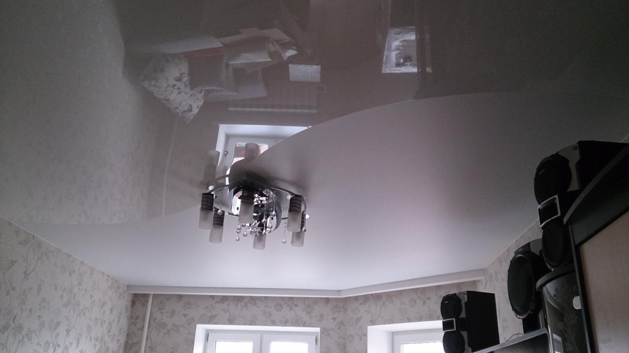 Двухцветный матово-глянцевый потолок