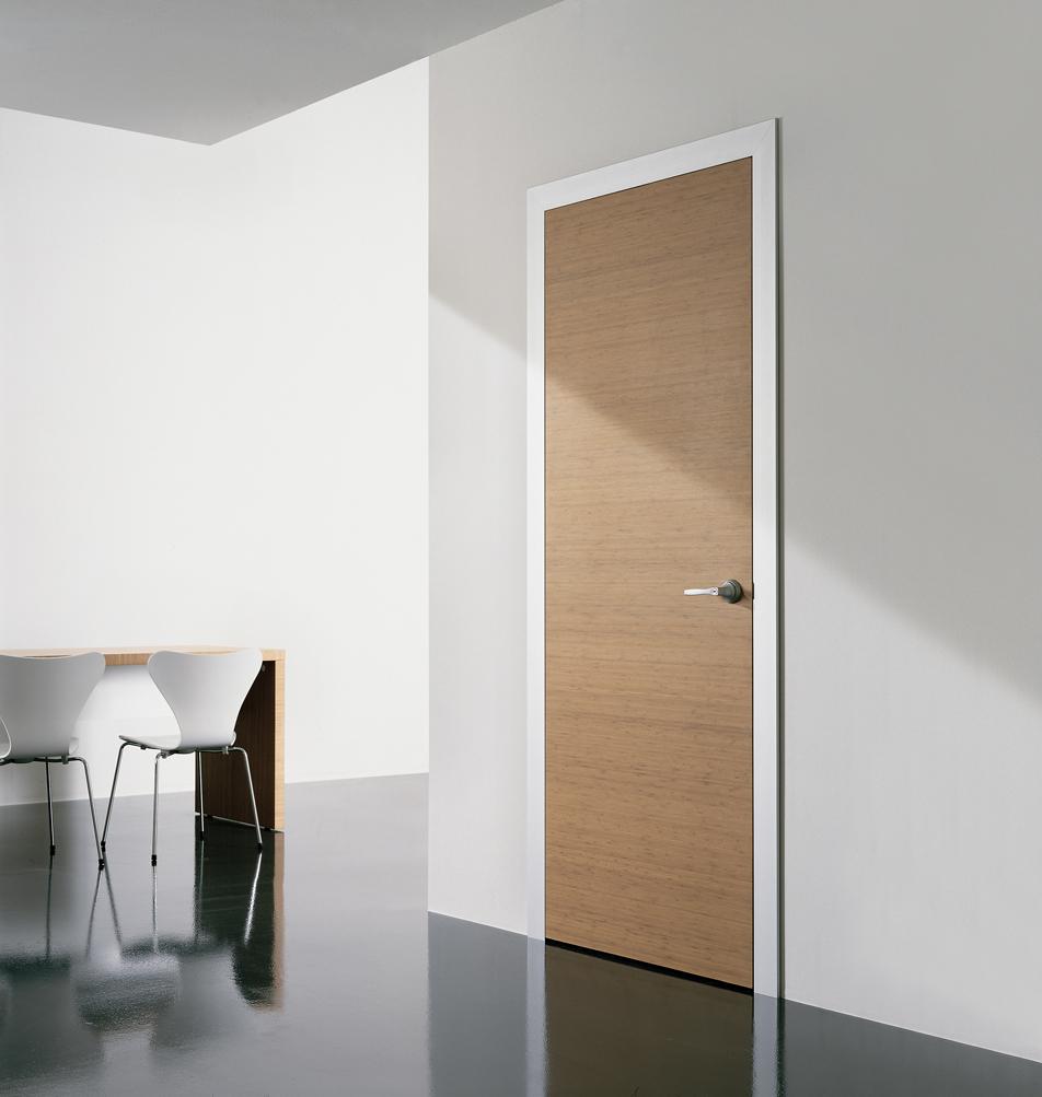 Светлая дверь из МДФ в интерьере