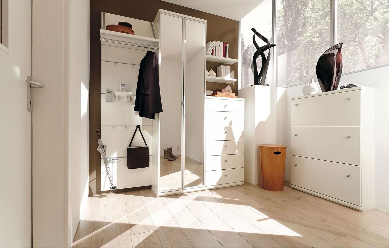 Белая мебель в прихожей