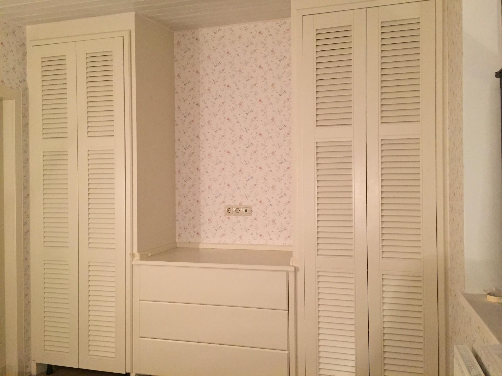 Мебель с жалюзийными дверями