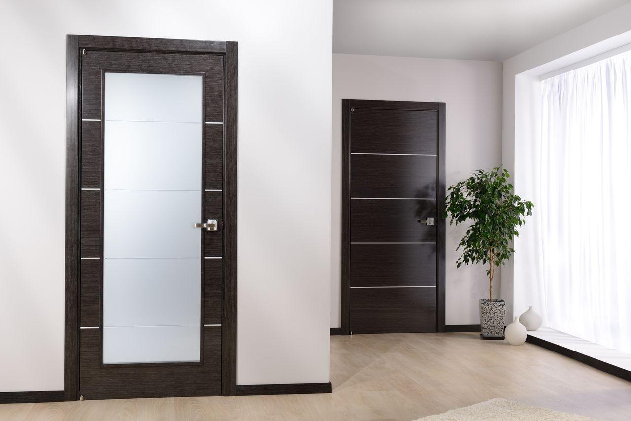 Межкомнатная дверь МДФ с металлическим декором