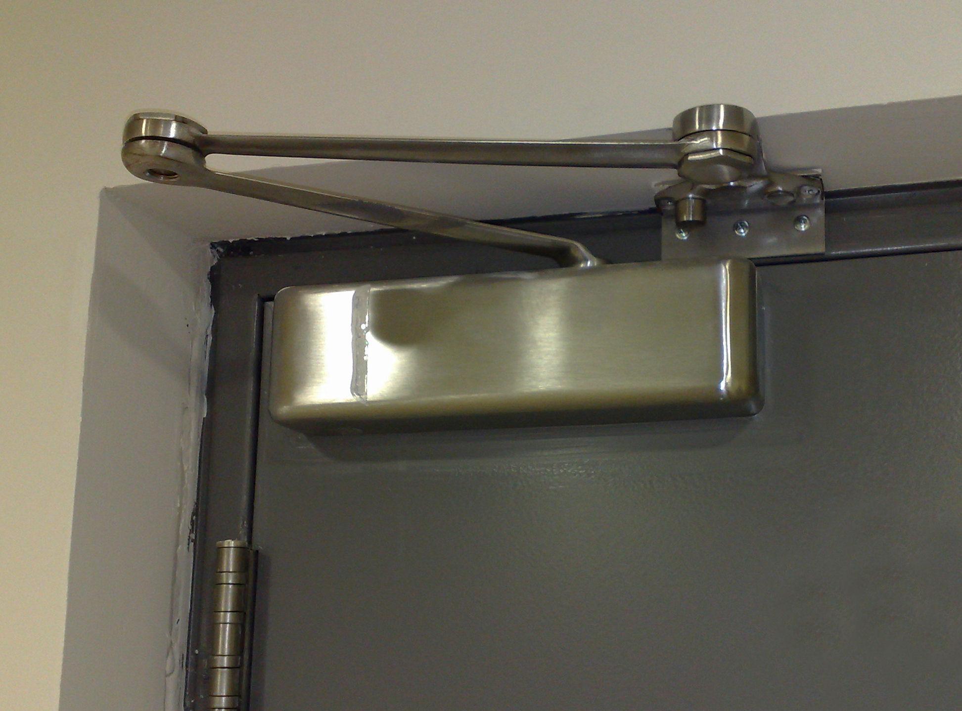 Доводчик на металлическую дверь