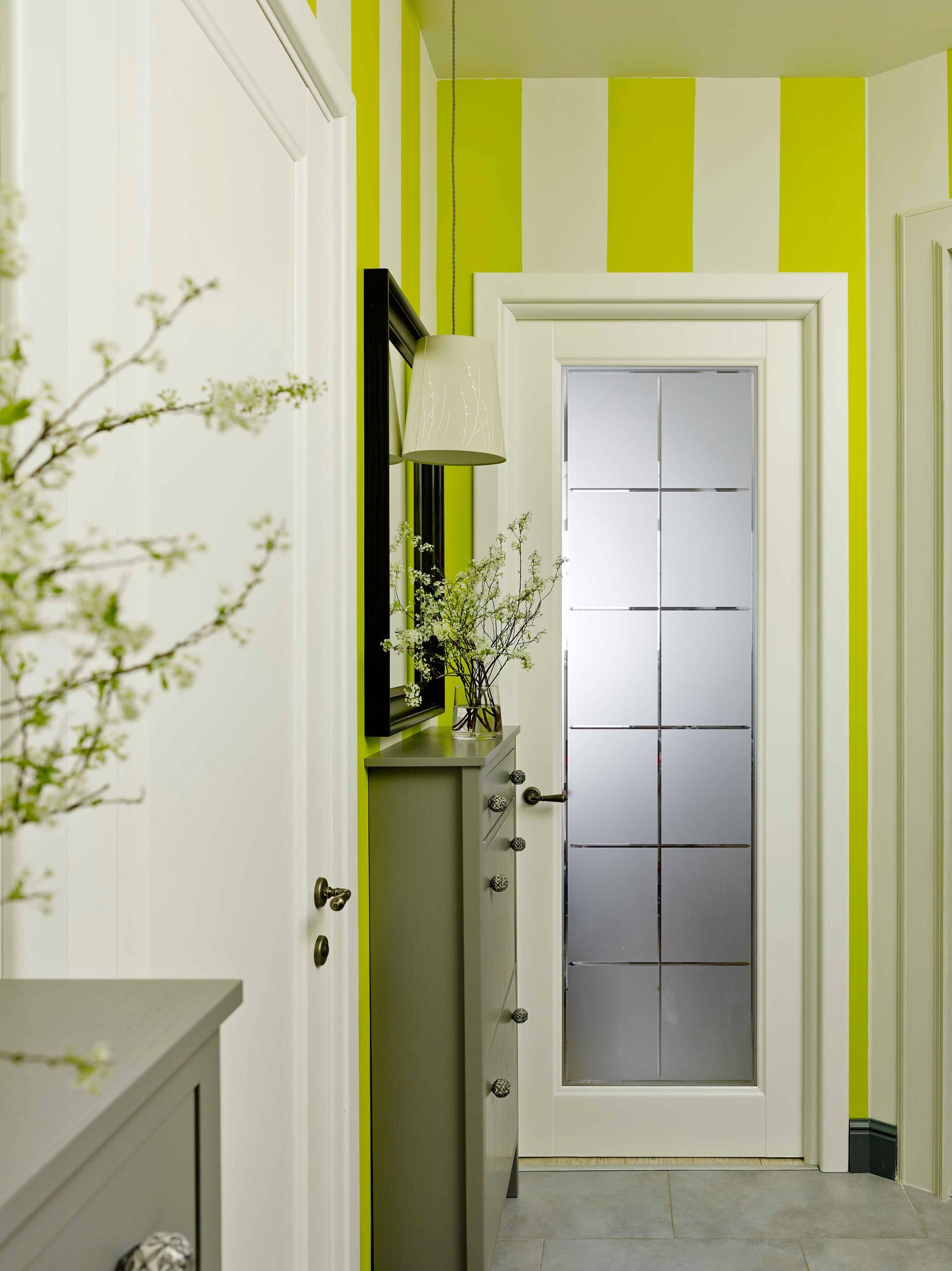 Светлая дверь в интерьере модерн