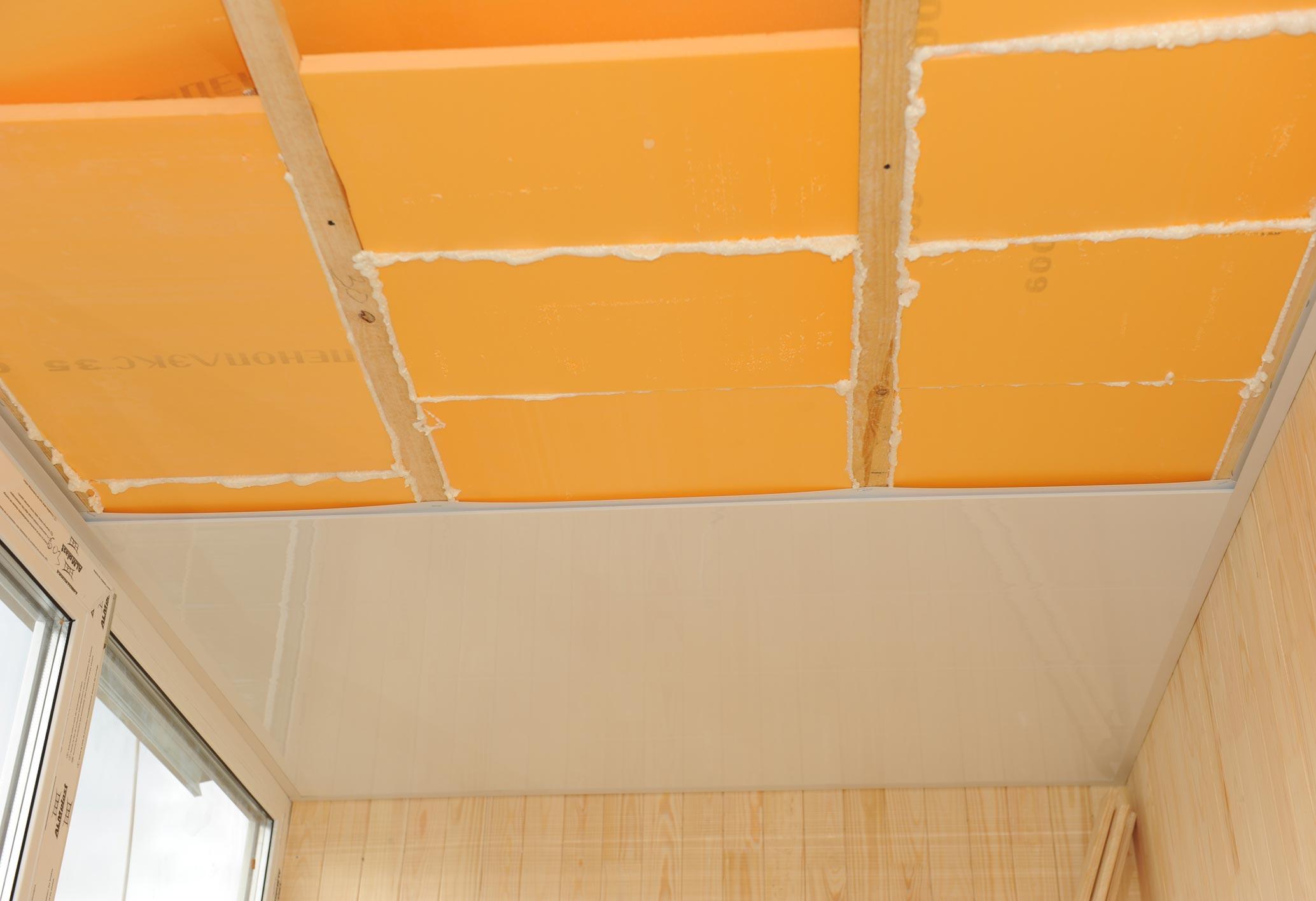 Монтаж потолка на балконе
