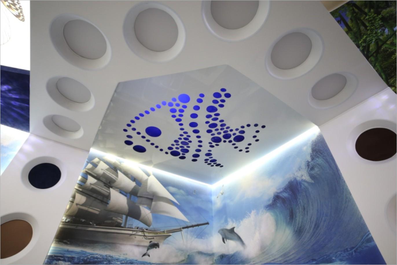 Резной натяжной потолок в морском стиле