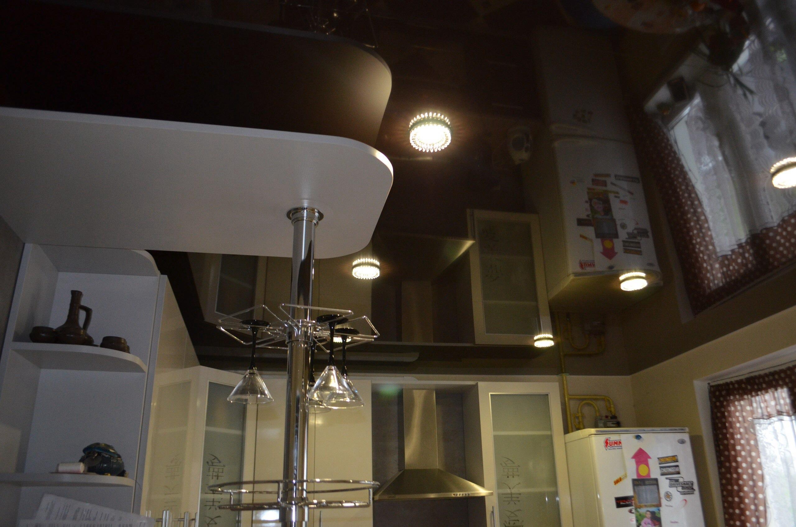 Коричневый натяжной потолок в интерьере