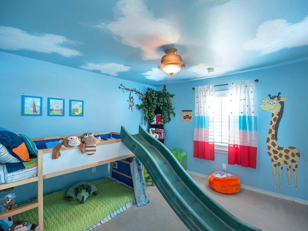 Голубой натяжной потолок под небо