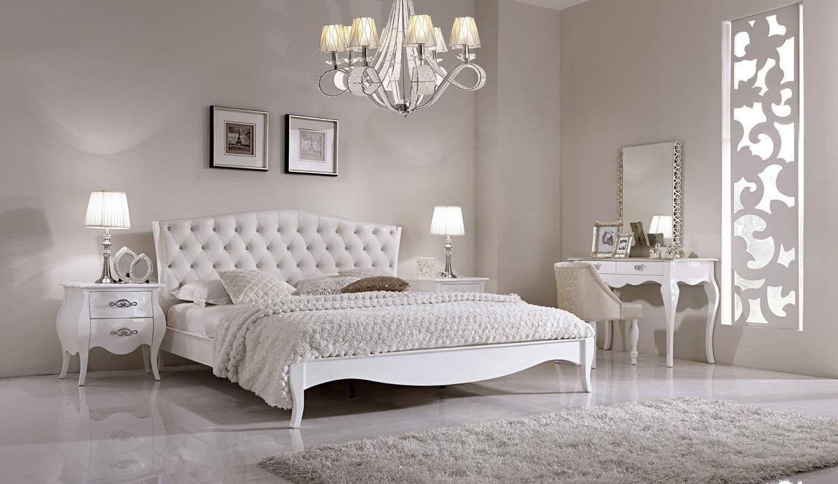 Глянцевая спальня в стиле неоклассики