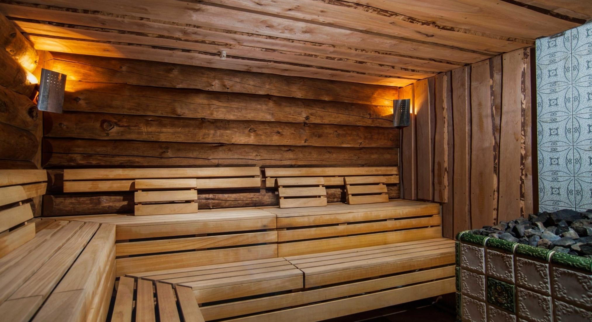 Потолок в бане из необрезной доски