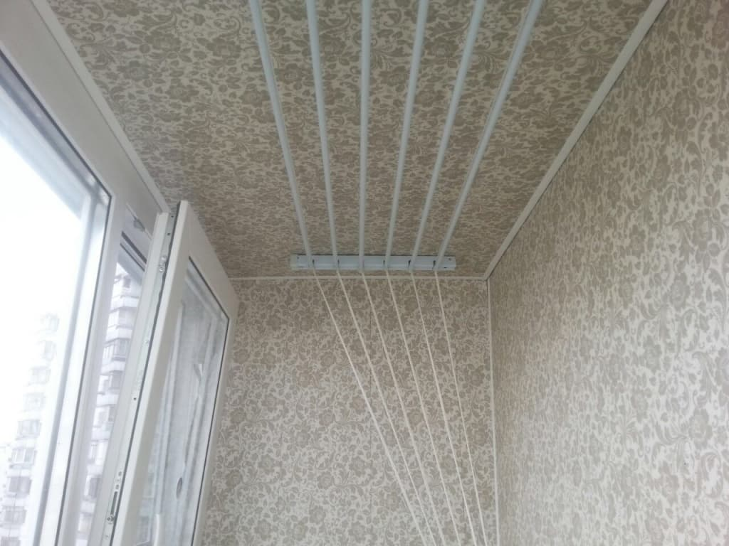 Обои на потолке балкона