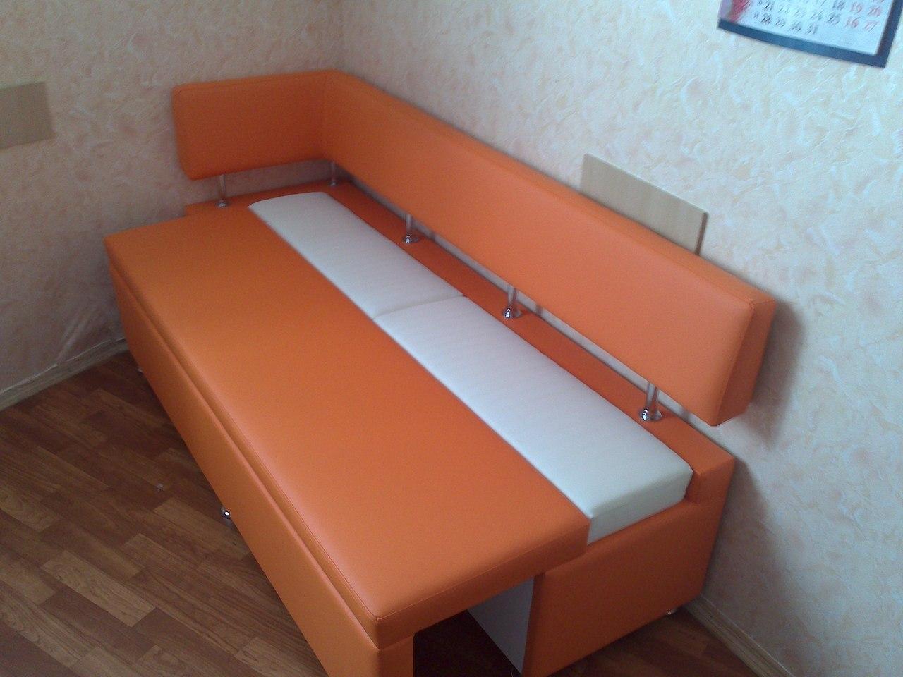 Узкий оранжевый диван