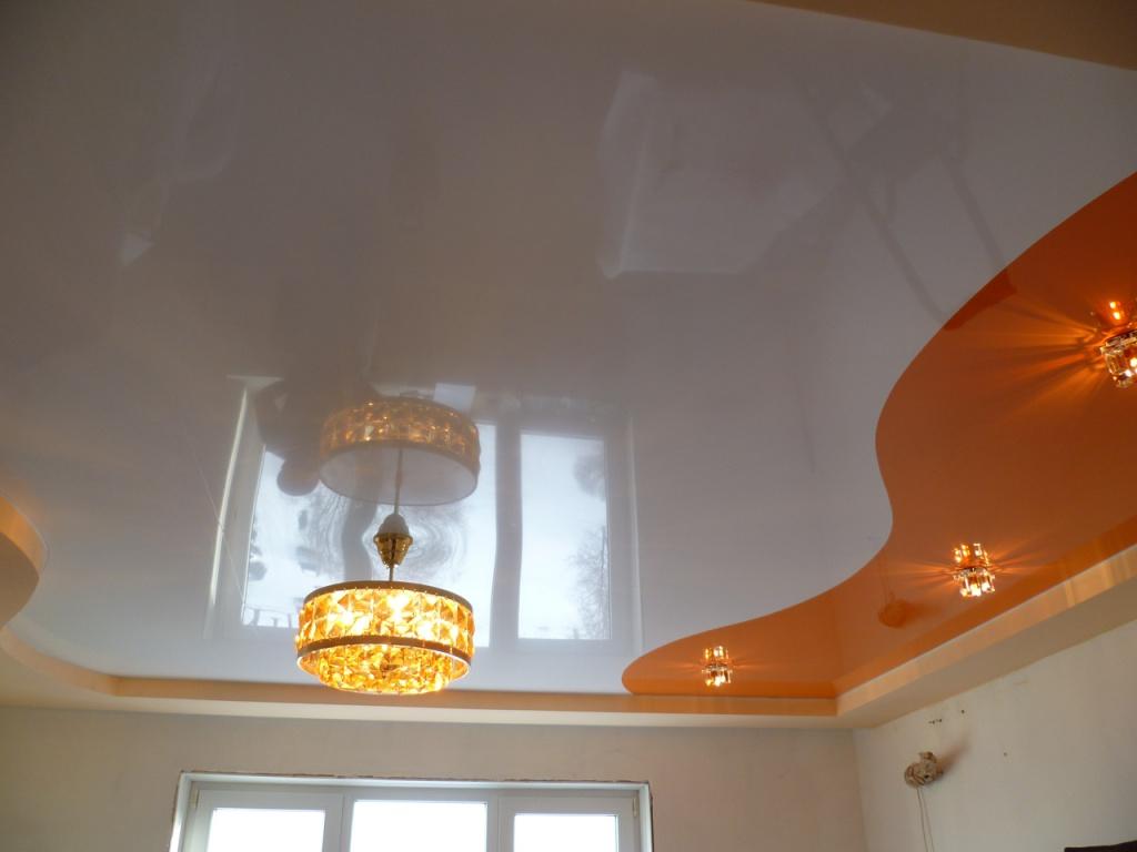 Двухцветный бело-оранжевый потолок