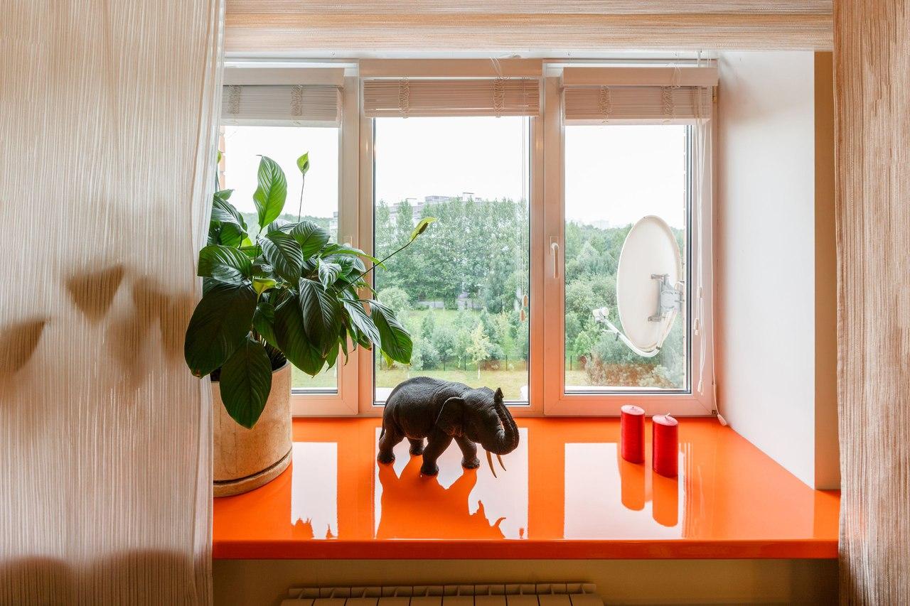 Пластиковый оранжевый подоконник