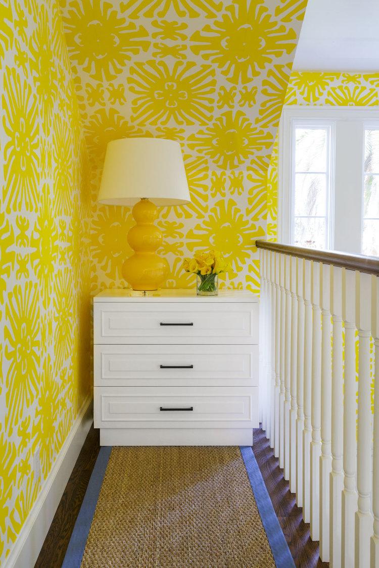 Желтые обои с орнаментом