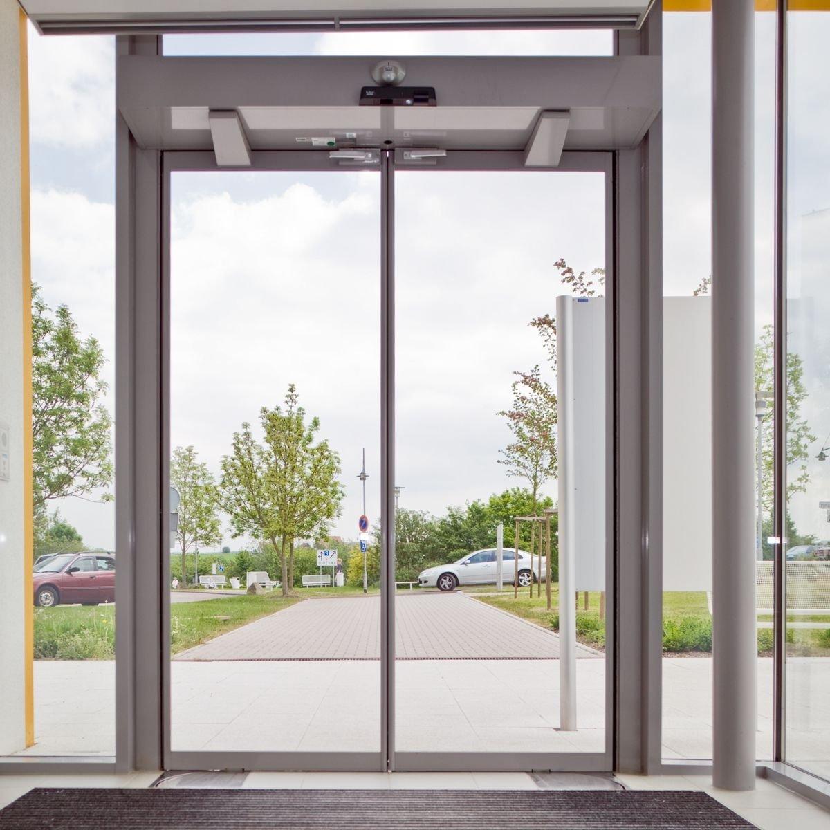 Автоматическая дверь с механизмом открывания