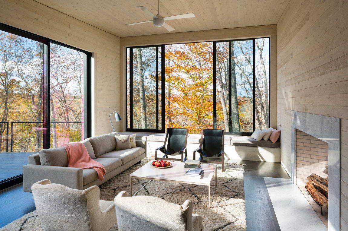 Гостиная с панорамными окнами на даче