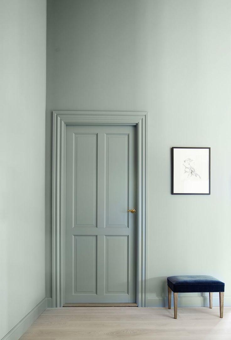 Дверь пастельного оттенка в интерьере