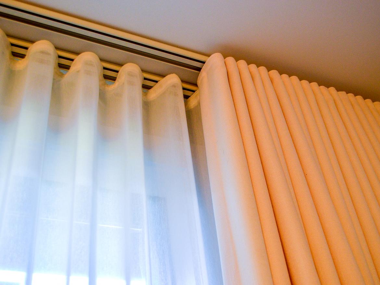 Потолочные шторы на пластиковом карнизе