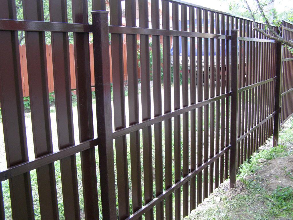 Забор из пластикового штакетника
