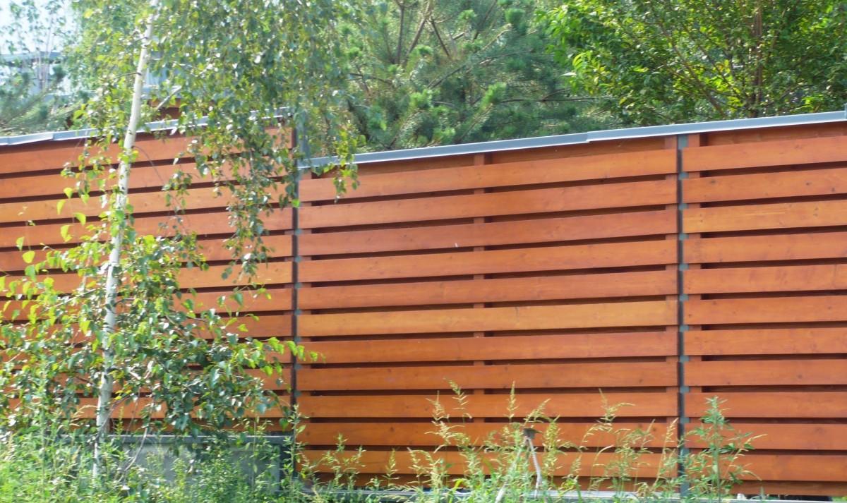 Забор из горизонтального штакетника под дерево