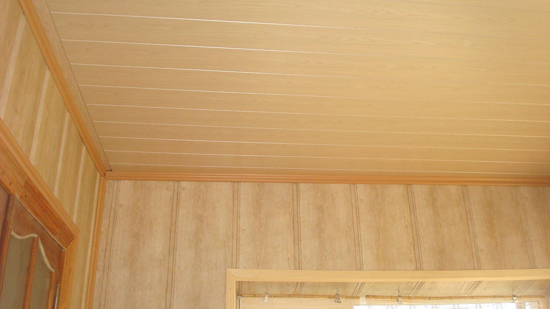 Потолок из панелей ПВХ под дерево