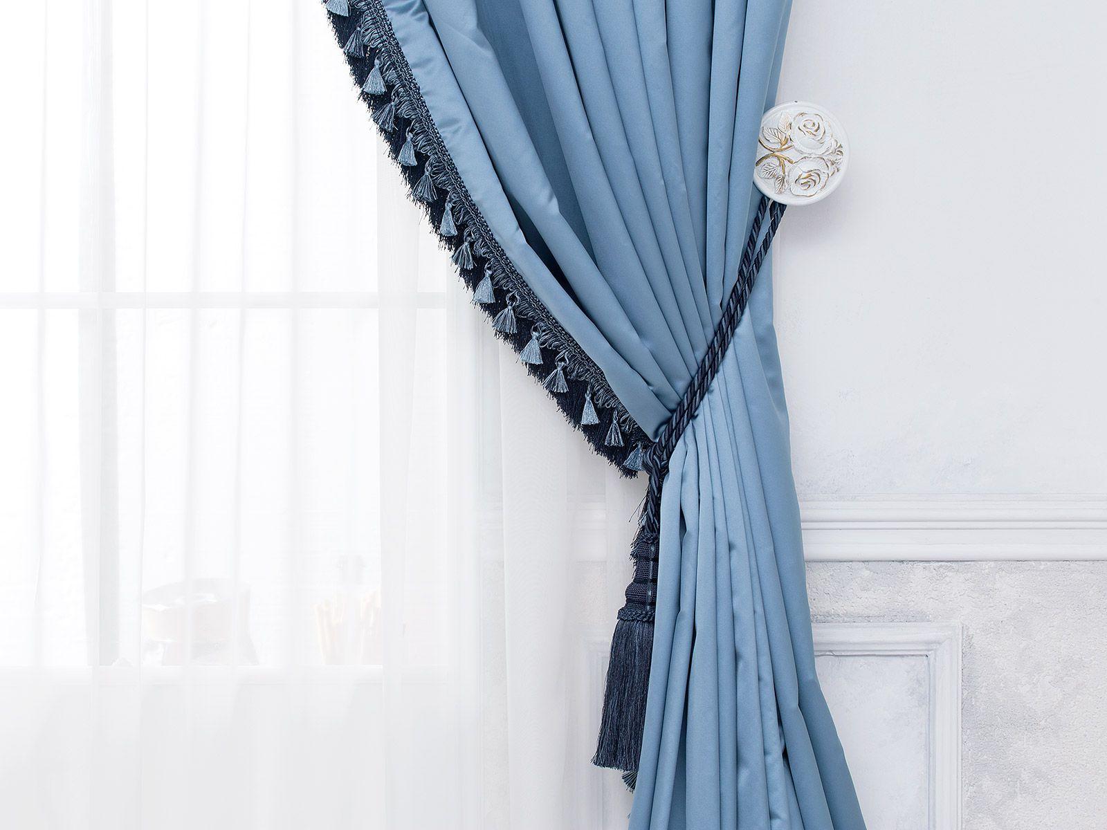 Голубые шторы с подхватом