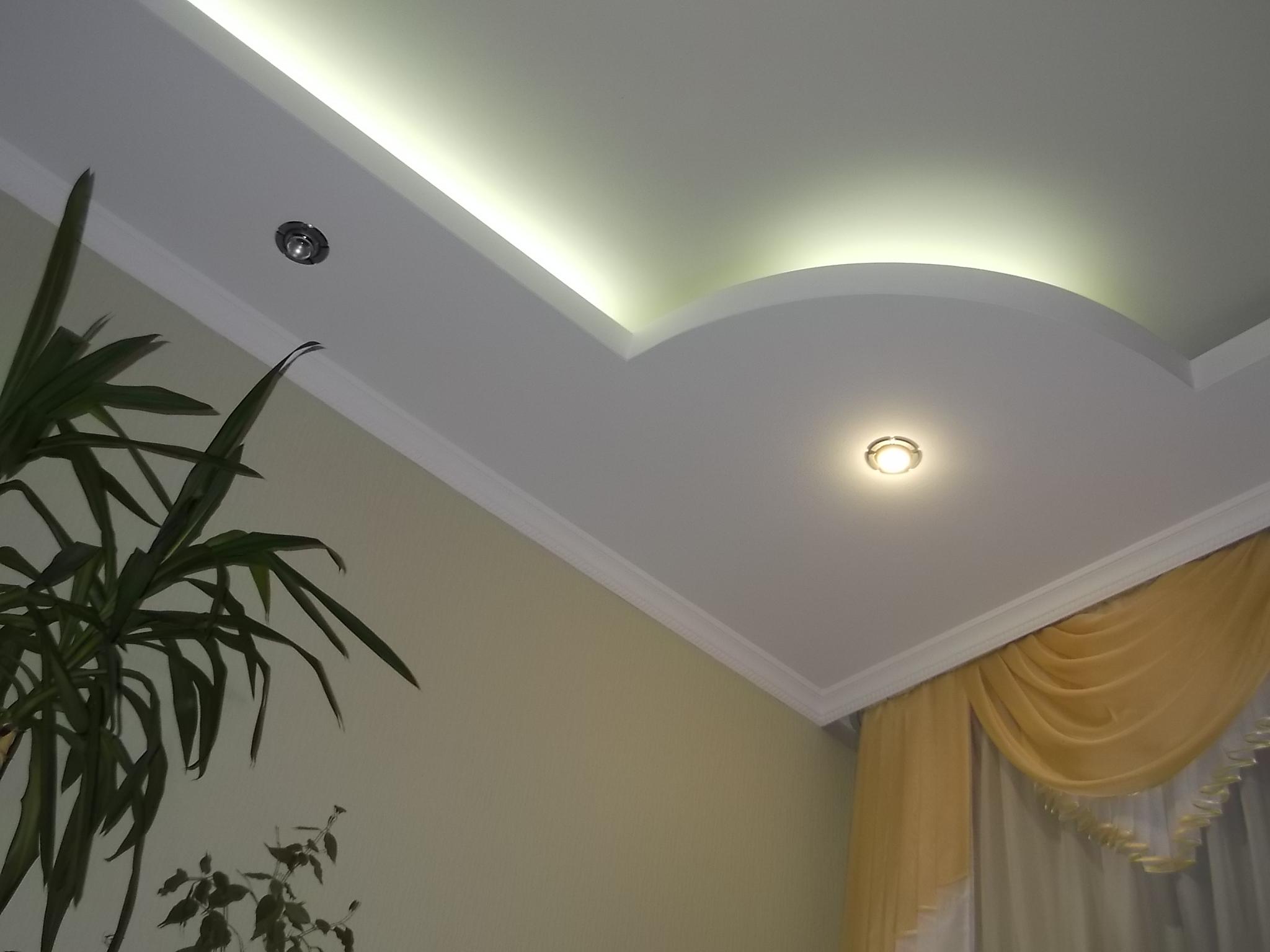 Фигурный потолок с подсветкой
