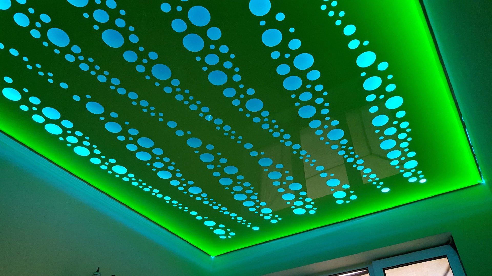 Резной натяжной потолок с подсветкой