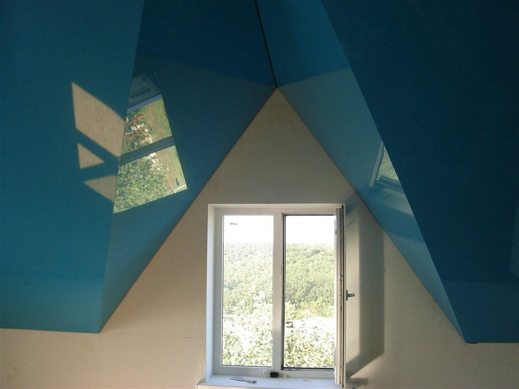 Откачка воды с подвесного потолка