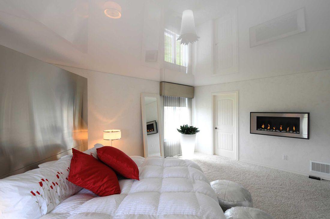 Подвесной натяжной потолок в спальне
