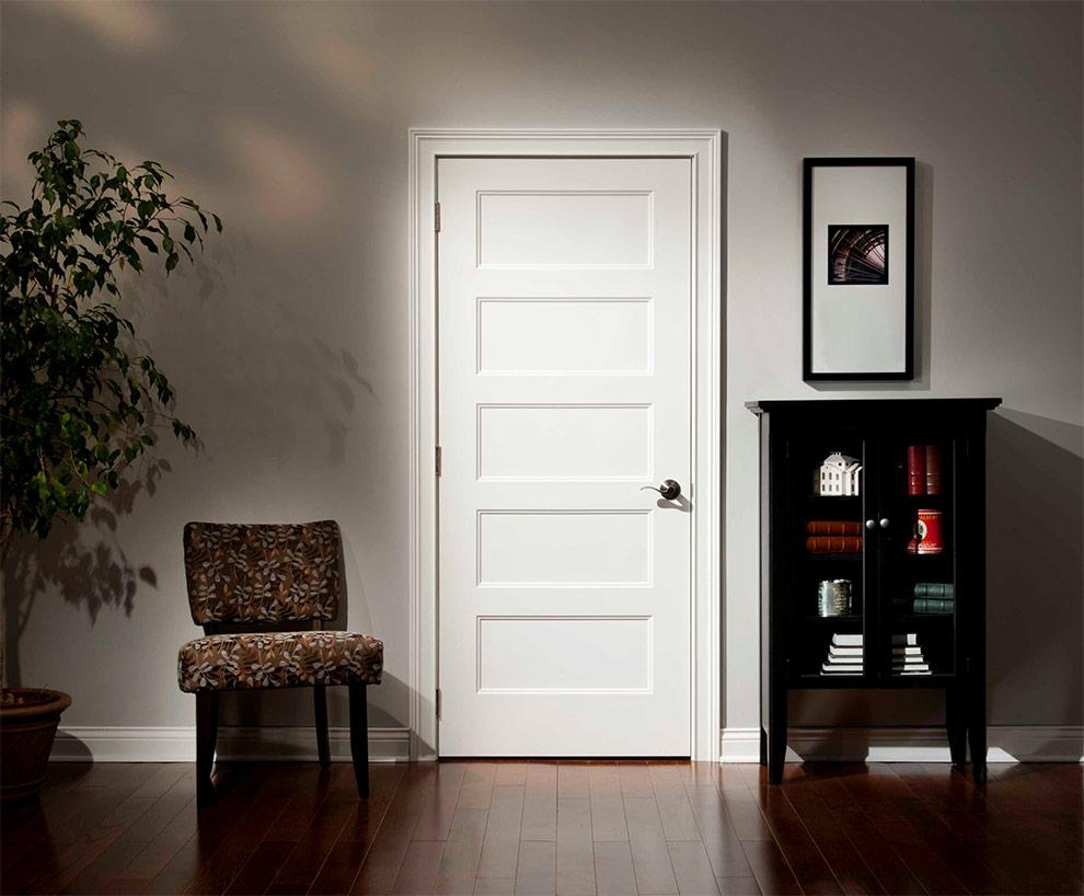 Светлая дверь под покраску в интерьере