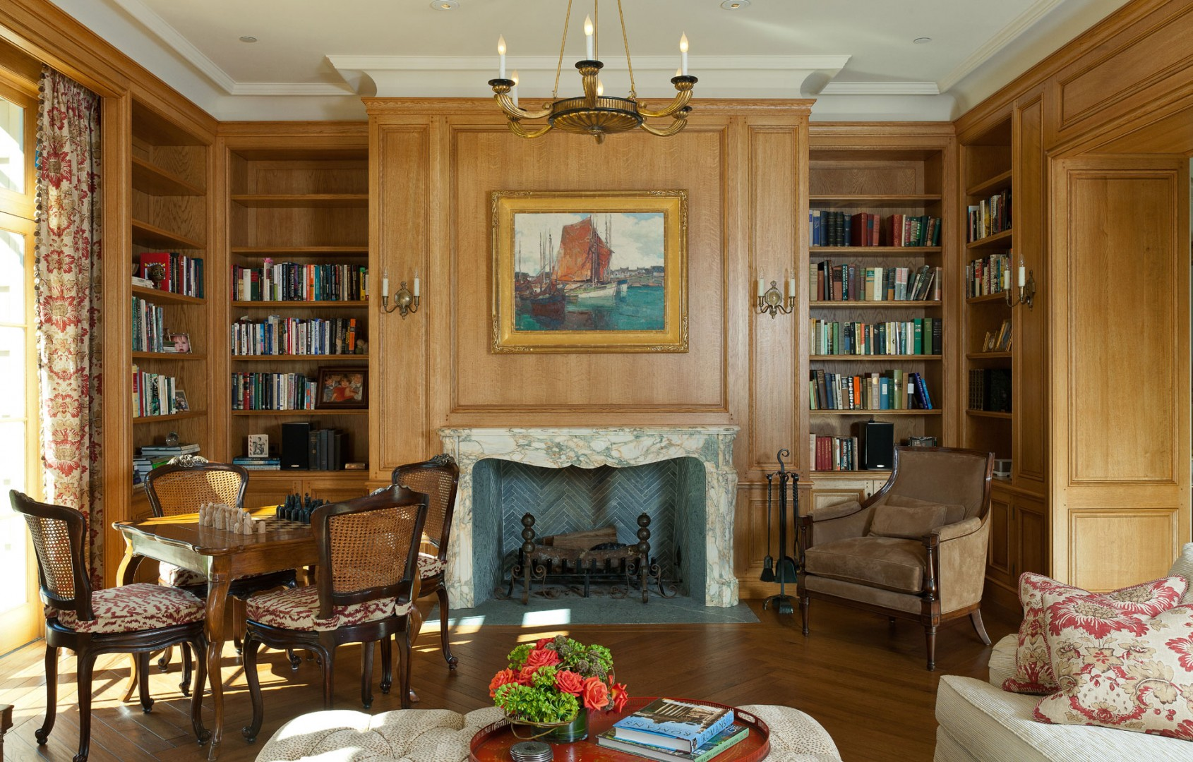 Книжные полки в гостиной загородного дома