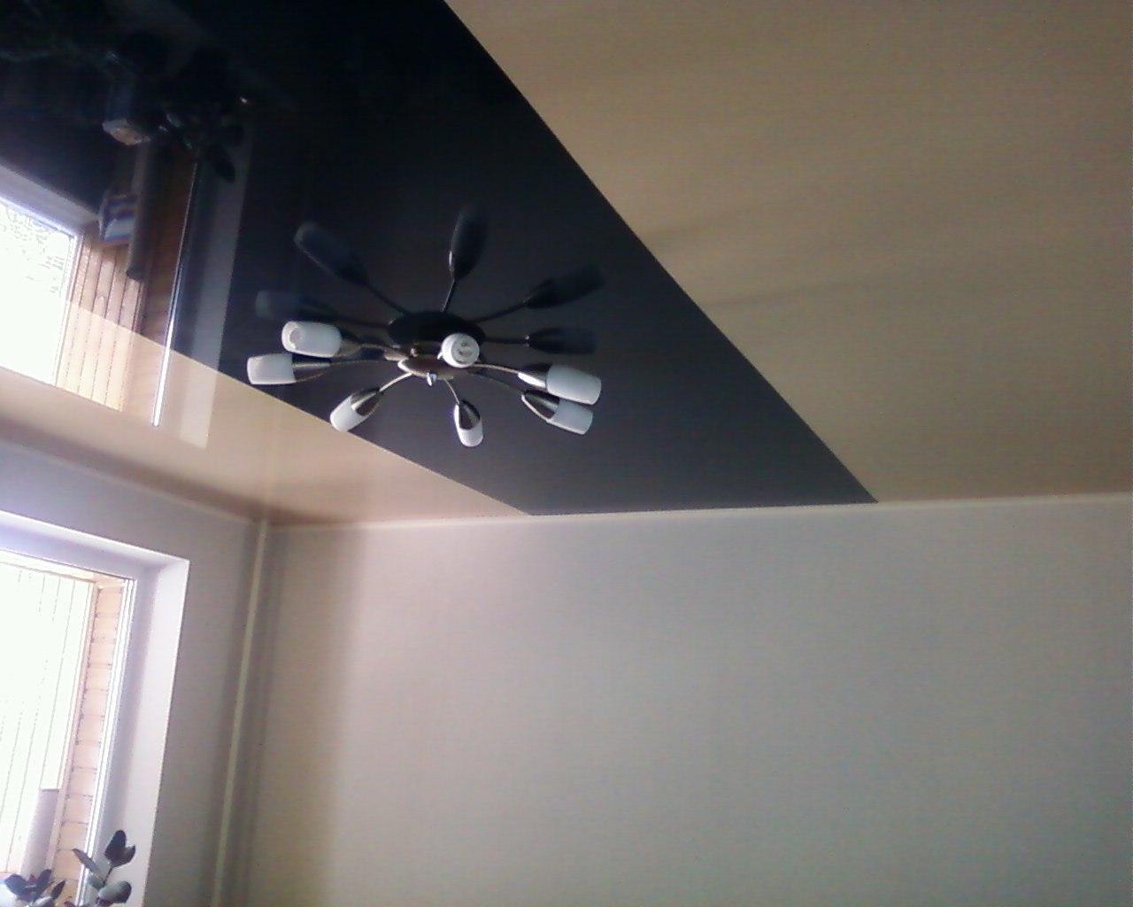 Двухцветный потолок с полоской