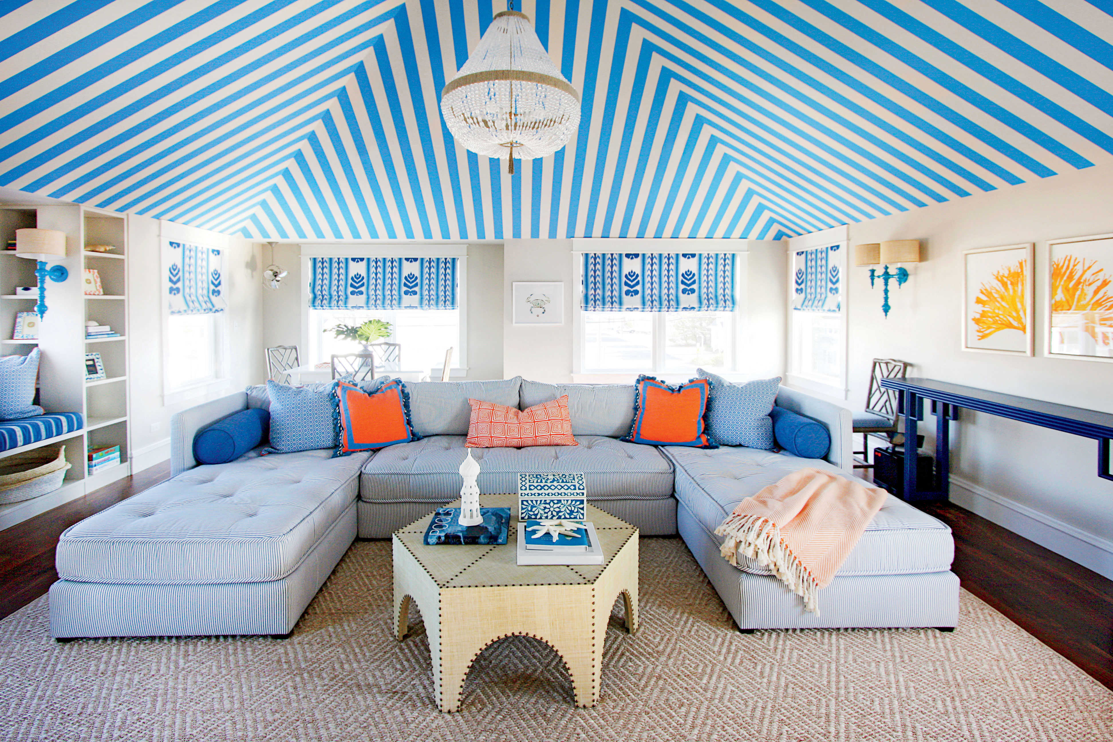 Голубой полосатый потолок