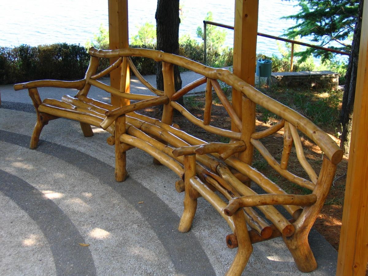 Полукруглая скамья из коряг