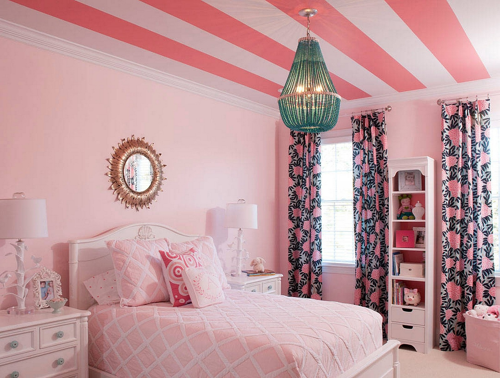 Розовые обои на потолке