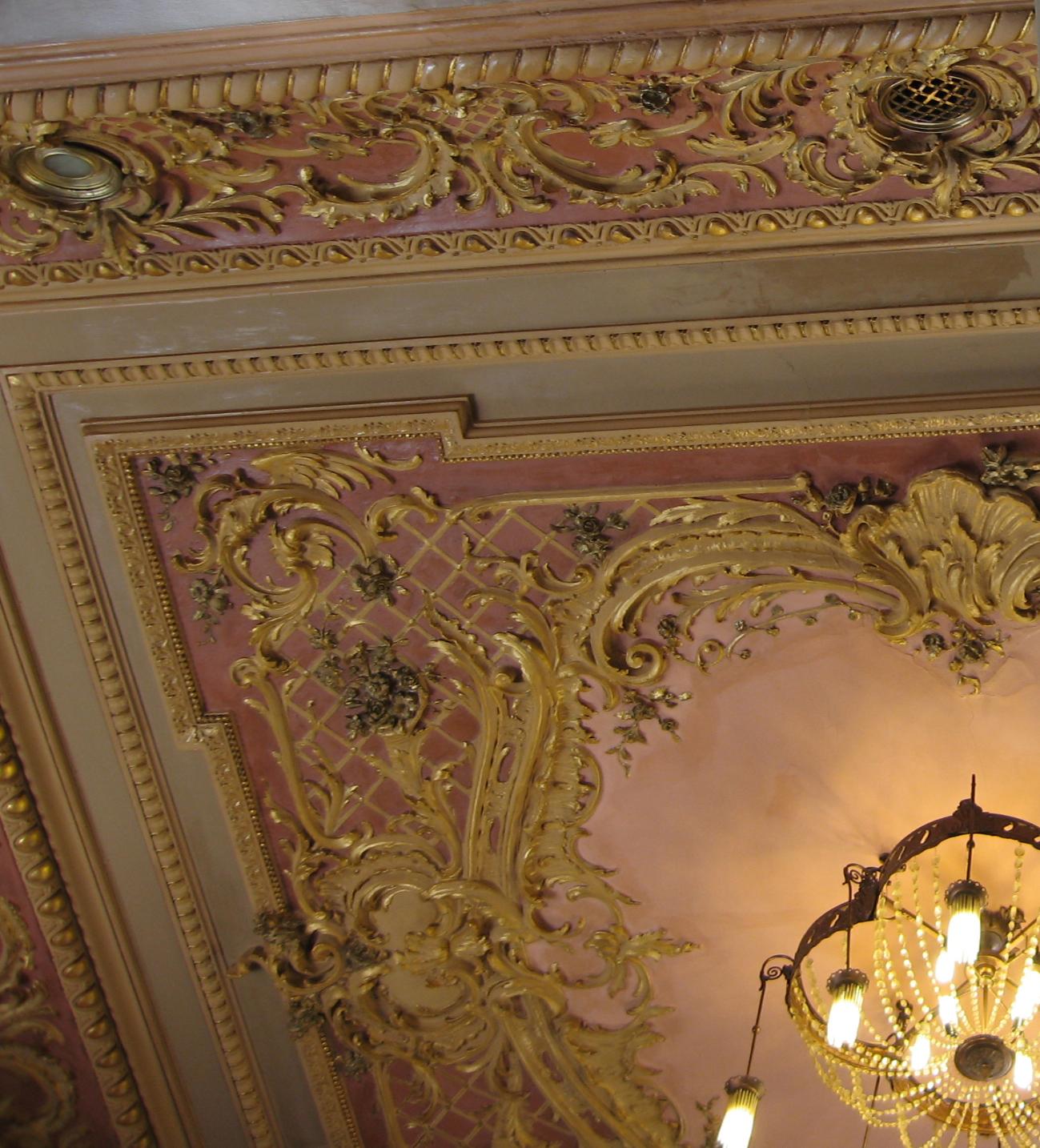 Лепнина с позолотой на потолке