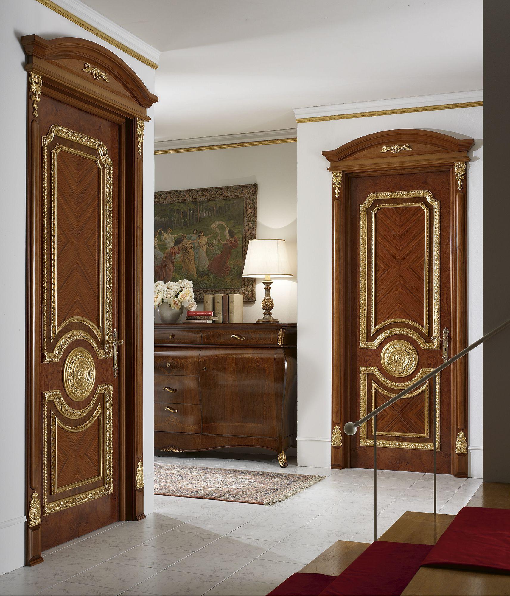 Коричневая дверь с позолотой