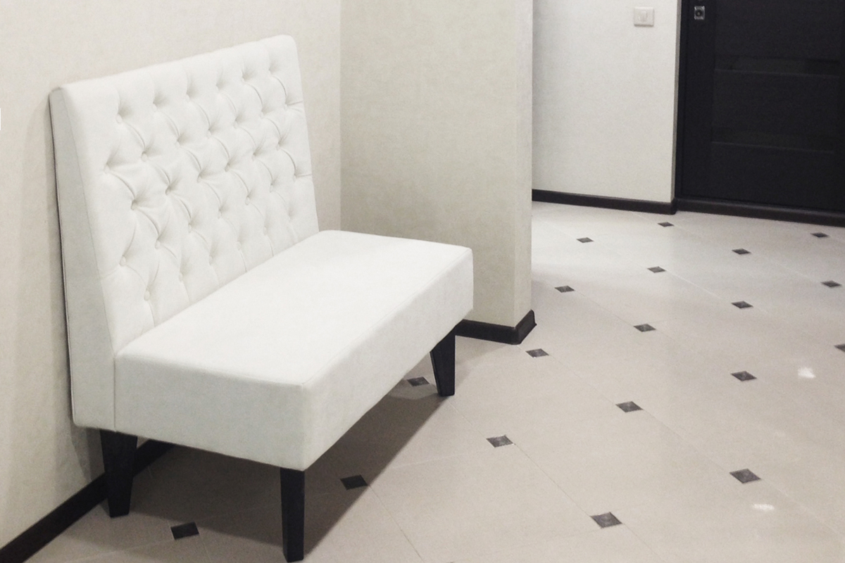 Узкий диван в прихожей