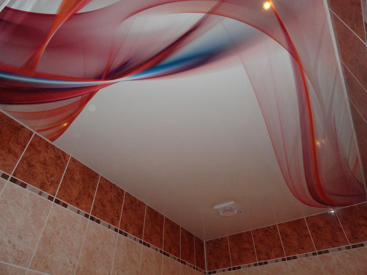 Потолок с принтом в ванной