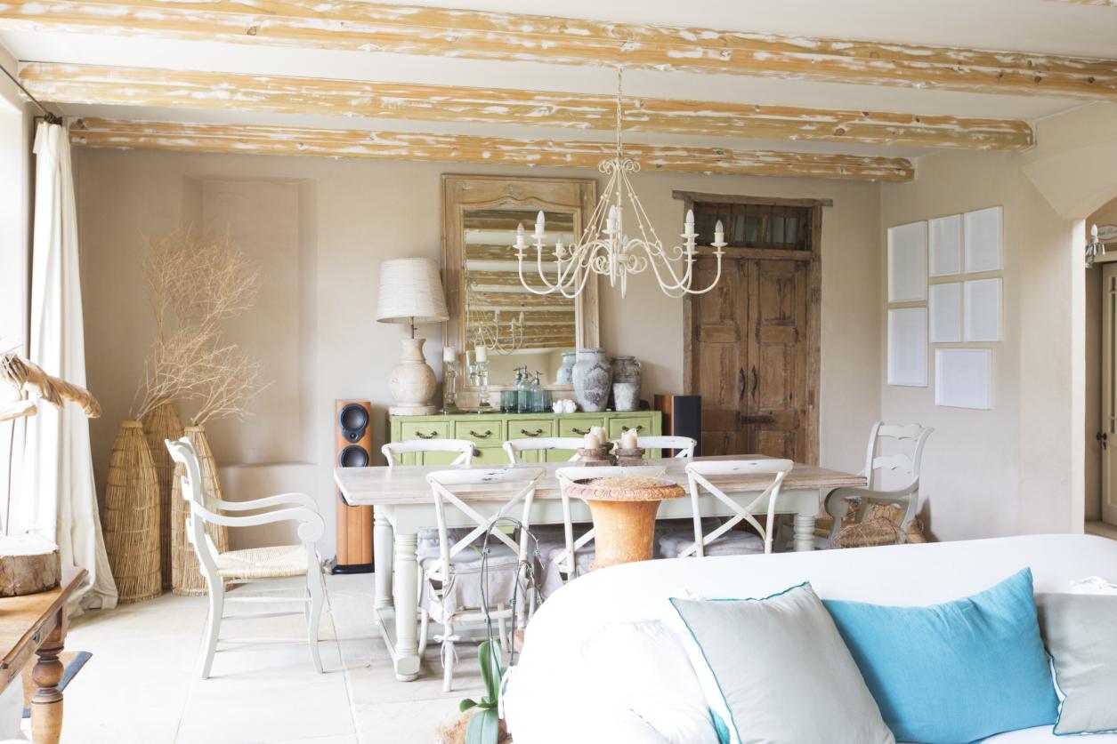 Потолок в стиле прованс на даче