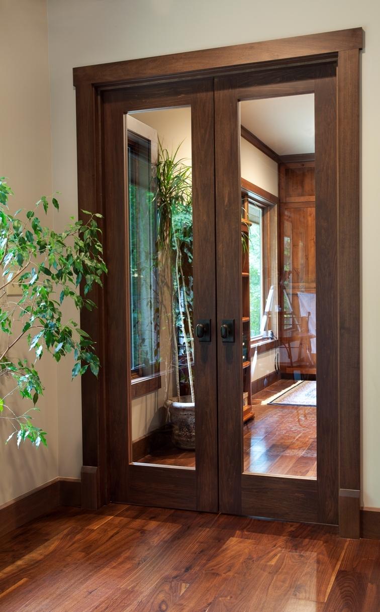 Коричневая дверь со стеклом