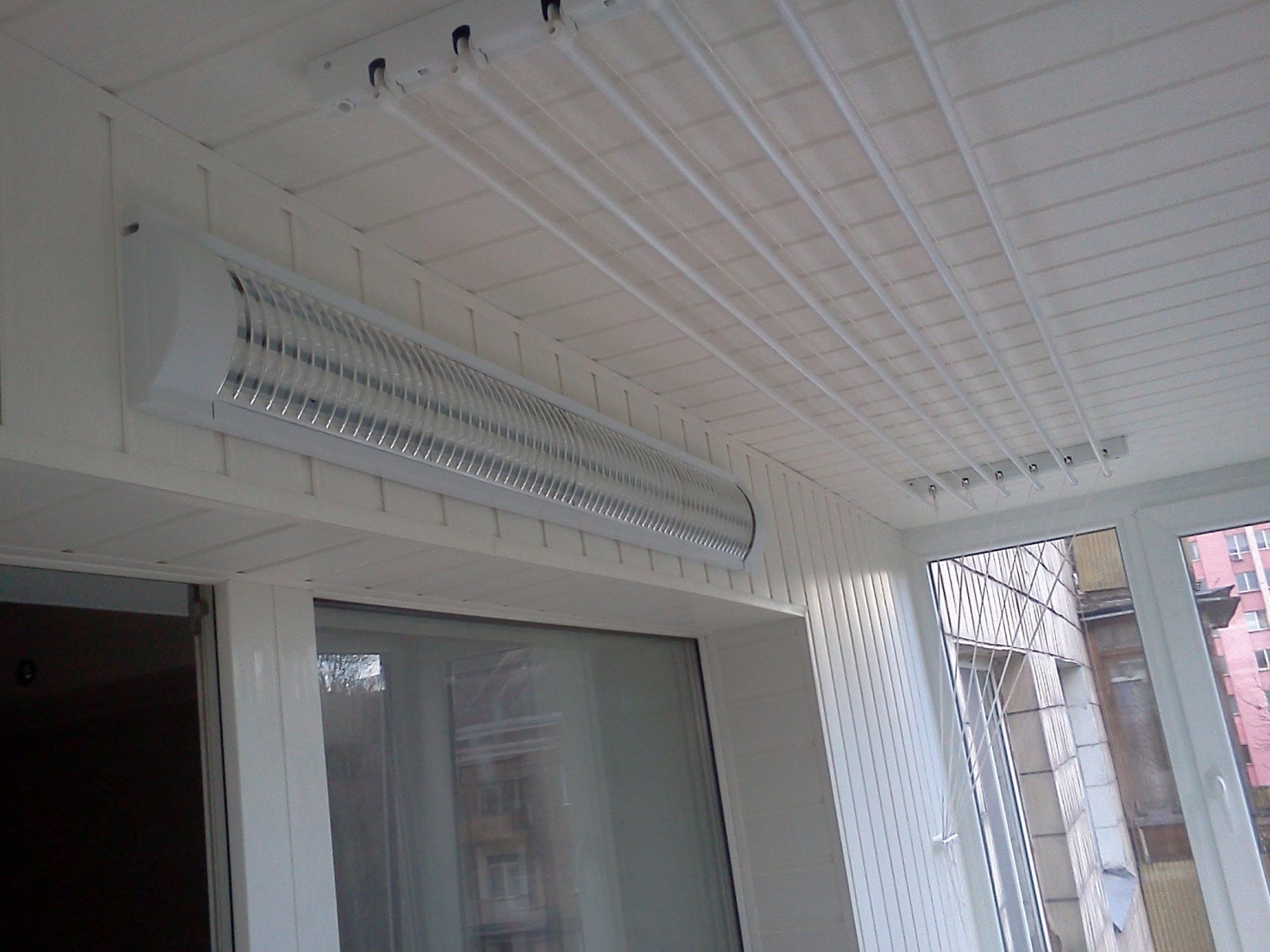 Потолок из ПВХ на балконе
