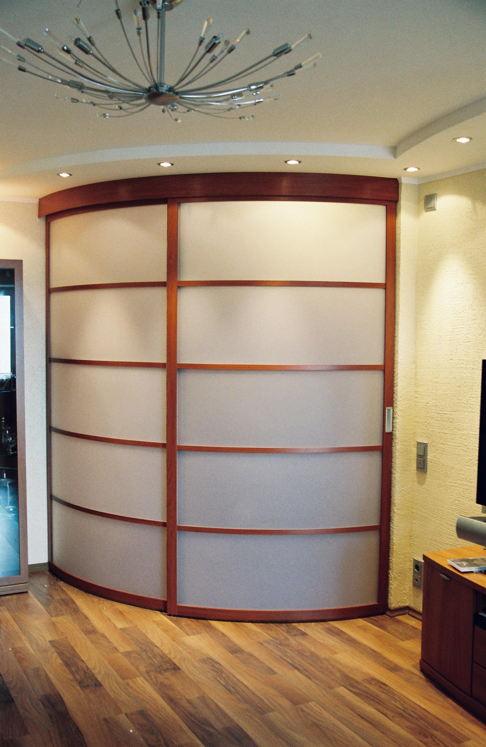 Радиусные двери в гардеробную